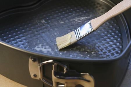 greasing: Engrase un molde para hornear
