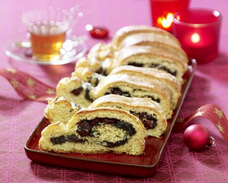 vaccinium macrocarpon: Stollen filled with poppy seeds and cranberries LANG_EVOIMAGES