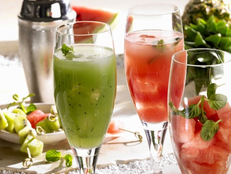 nonalcoholic: Kiwi fruit drink and watermelon drink (non-alcoholic) LANG_EVOIMAGES