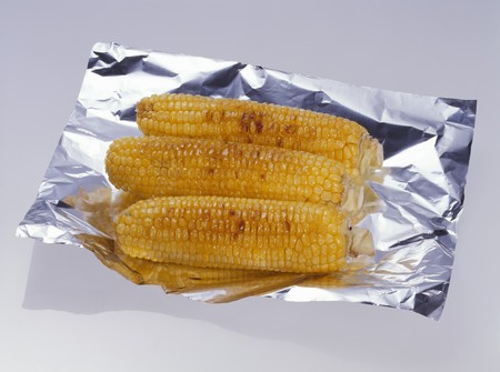 qs: Grilled corn on the cob on aluminium foil