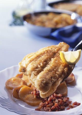 pancetta cubetti: Filetti di platessa fritti con pancetta e patate fritte LANG_EVOIMAGES