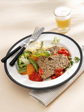 albondigas: Pastel de carne con salsa de Herbed de tomate y verduras LANG_EVOIMAGES