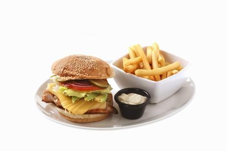 hamburguesa de pollo: Hamburguesa de pollo con queso, papas fritas LANG_EVOIMAGES