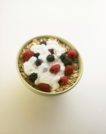 brambleberries: Oat muesli with yoghurt and fresh berries