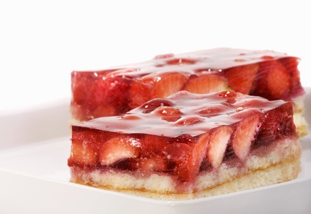 gelatine: Two pieces of strawberry cake with gelatine LANG_EVOIMAGES