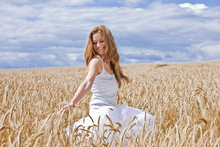 25 to 30 year olds: Young woman in barley field