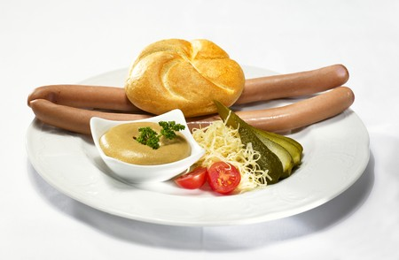scalded sausage: Frankfurters with bread roll and mustard