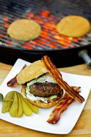 qs: Barbecued hamburger with bacon and gherkin
