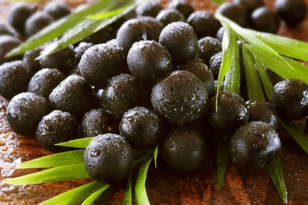 acai berry: Acai berries with leaves LANG_EVOIMAGES