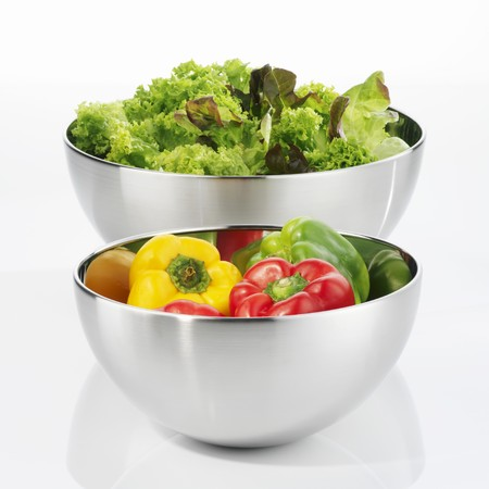 salade verte: Peppers and green salad in stainless steel bowls