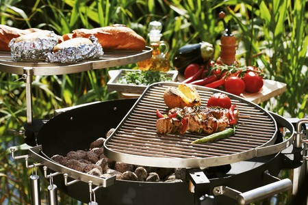 barbecuing: Barbecuing out of doors (kebabs, vegetables, potatoes, baguette)
