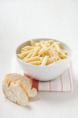 pain blanc: Penne dans un bol, pain blanc LANG_EVOIMAGES