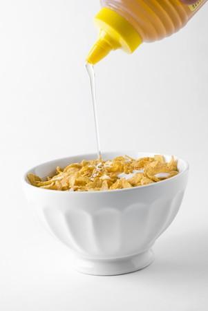 cornflakes: Putting honey on cornflakes LANG_EVOIMAGES