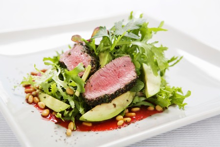 roquette: Mixed salad leaves with beef, avocado and pine nuts LANG_EVOIMAGES