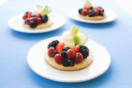 shortbread: Shortbread with berries and icing sugar