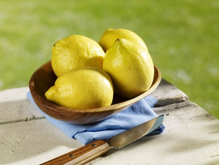 limon: Several lemons in wooden bowl