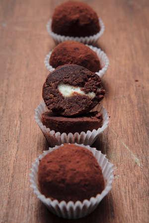 trufas de chocolate: Trufas de chocolate con relleno blanco