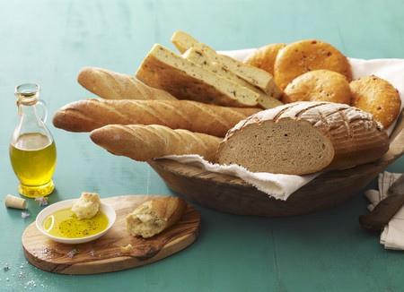 several breads: Assorted bread and bread rolls in bread basket, olive oil beside it LANG_EVOIMAGES