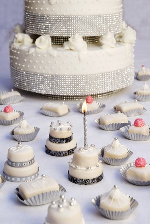 petit: Wedding cake and petit fours LANG_EVOIMAGES