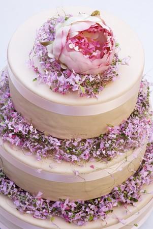 cream on cake: Pastel de crema de tres niveles con flores de primavera LANG_EVOIMAGES