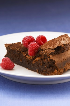 flourless chocolate cake: Piece of (flourless) chocolate cake with raspberries