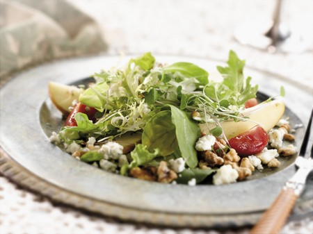 plato de ensalada: Pera y queso gorgonzola ensalada en un plato Ensalada de peltre con un Tenedor