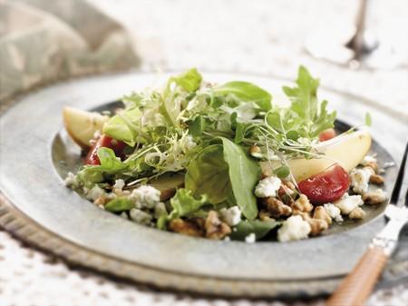 salad plate: Pere e Gorgonzola Insalata su una insalata piatto di peltro con una forcella
