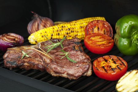 Steak, vegetables and corn on the cob on a grill LANG_EVOIMAGES