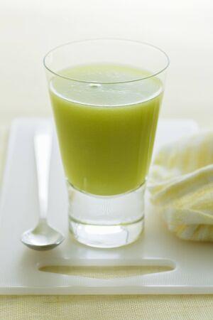 jugo de frutas: Un vaso de jugo de fruta de kiwi