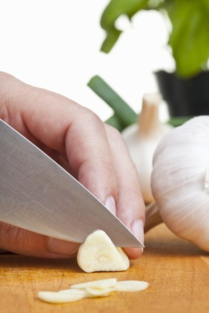 producing: Garlic being sliced LANG_EVOIMAGES