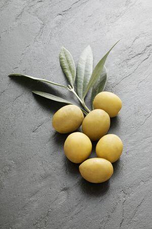 foglie ulivo: Olive verdi e foglie di ulivo
