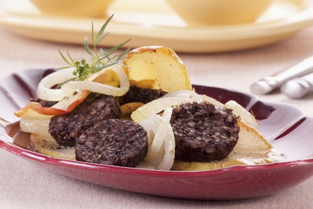 scalded sausage: Black pudding with apples and onions