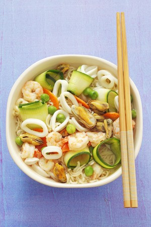 calamares: Noodle soup with prawns, squid, mussels and courgettes (Asia) LANG_EVOIMAGES
