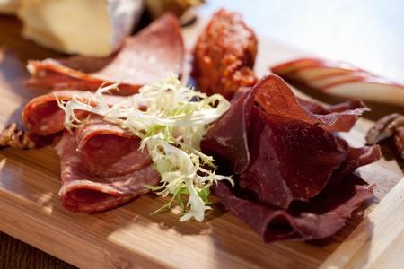 charcuter�a: Embutidos Plate Incluyendo venado salami, carne Bresaola; Brie