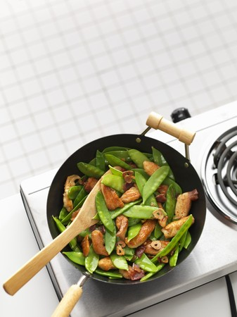 tout: Chicken and mange tout in a wok LANG_EVOIMAGES