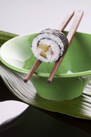 maki sushi: Maki sushi avec le hareng et cornichons