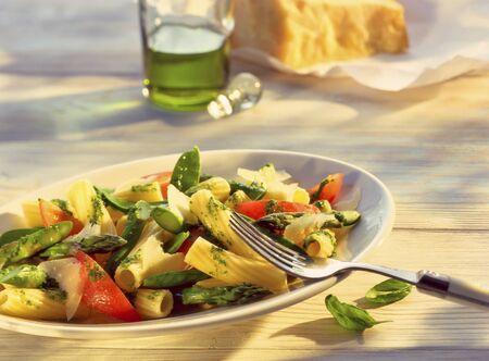tout: Pasta salad with asparagus and mange tout LANG_EVOIMAGES
