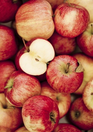 pip: Lots of red apples, some have been halved LANG_EVOIMAGES