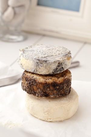 queso de cabra: Tres ruedas de queso de cabra Surtido apiladas