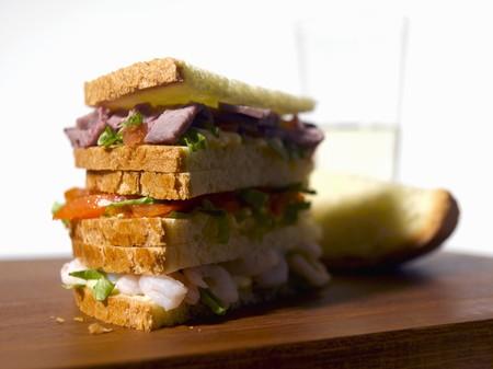 panino: Una pila de bocadillos y una rebanada de pan dulce