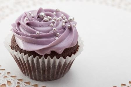 dragees: Chocolate cupcake with blackberry icing and silver balls LANG_EVOIMAGES