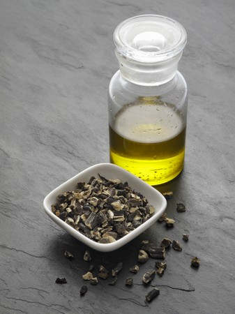 comfrey: Chopped comfrey root and comfrey oil LANG_EVOIMAGES