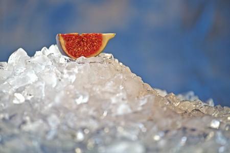 ice crushed: Stuk van verse vijgen op crushed ijs
