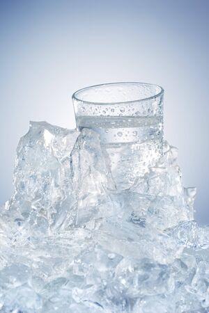 acqua bicchiere: Acqua di vetro in un blocco di ghiaccio LANG_EVOIMAGES