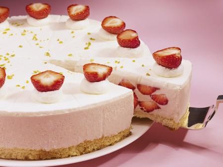 cream on cake: Pastel de crema de fresa, en rodajas