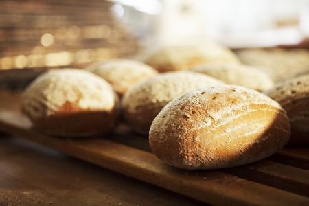 several breads: Bread rolls on a wooden rack LANG_EVOIMAGES