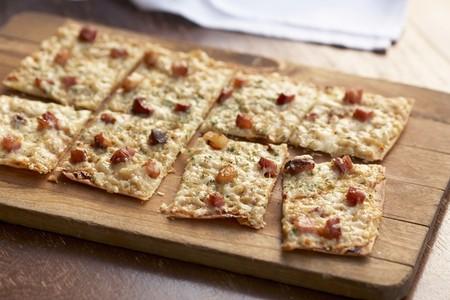 pancetta cubetti: Focaccia pizza con pancetta; Tagliare in quadrati su un tagliere