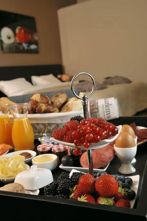 arredamento classico: Il vassoio della colazione in una camera da letto LANG_EVOIMAGES