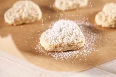 sucre glace: D�poussi�rage biscuits en forme de coeur avec le sucre glace