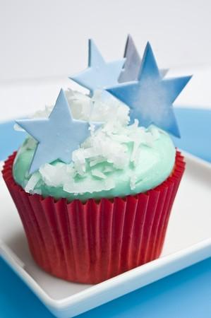 stelle blu: Un cupcake di Natale decorato con stelle blu